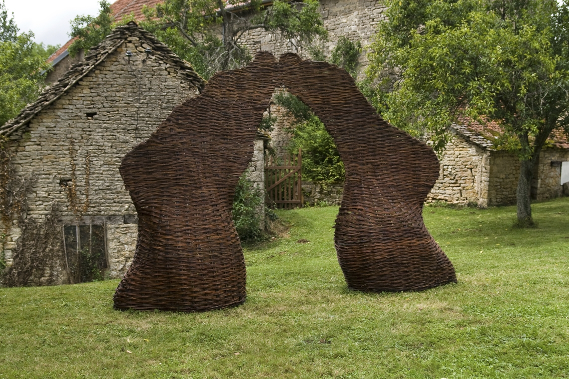 De Pied, 2009, 1,5 m x 5 m x 3 m, woven willow wicker, Été des Arts en Auxois-Morvan, Drée, France