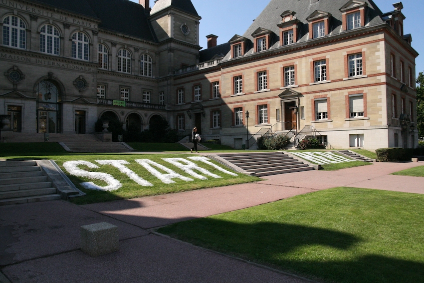 Start Here, 2008, 13 m x 2,5 m, real snow and artificial snow product, Installation melted over the course of two days, during the Journées du Patrimoine in Paris, realized with V. Loi.