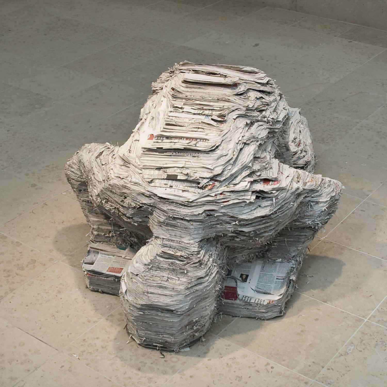 Prière pour nous (grand) – 2009, Journaux, armature en acier, 132 cm x 83 cm x 55 cm