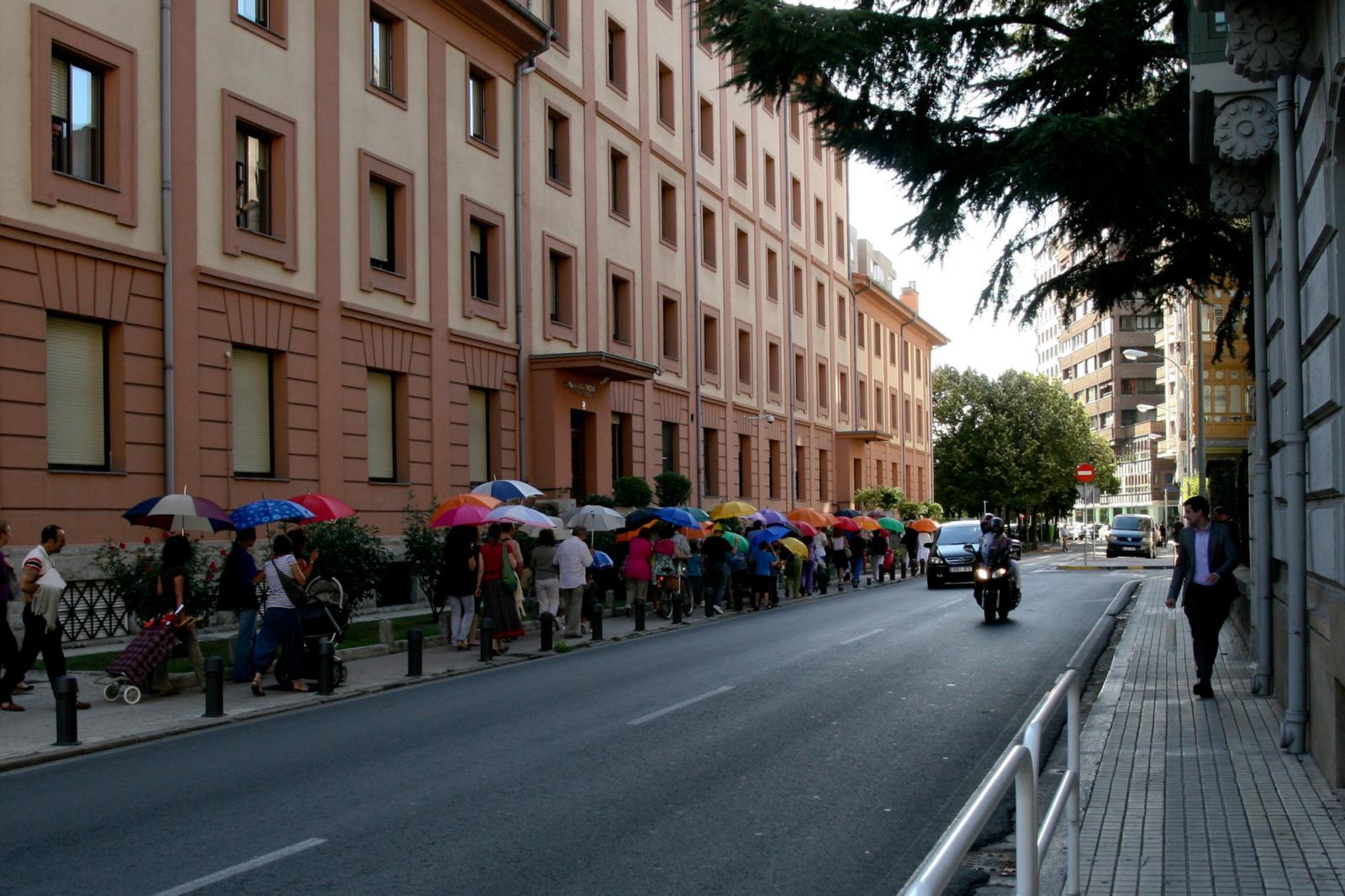 Marcha de los Paraguas Colectivos, La Muralla Nómada, participatory performance, Pamplona, Spain, 2011