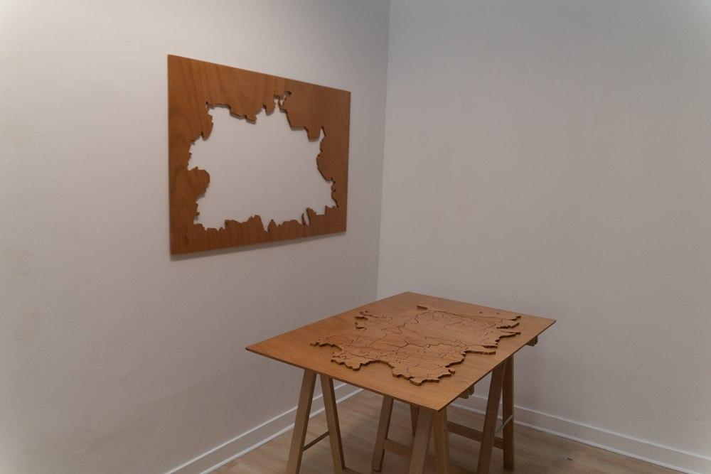 Cartographie Personnelle, installation, sculpture en forme de puzzle interactif, dessin en crayon noir, bois, contre-plaqué, vernis, 120 cm x 83 cm x 2 cm, 2012