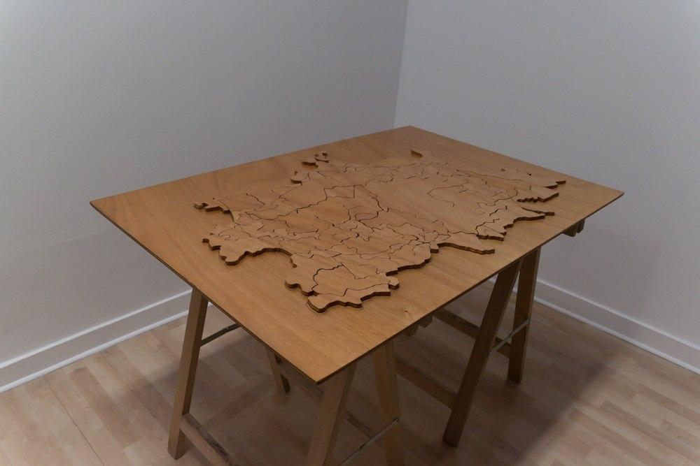 Cartographie Personnelle, sculpture en forme de puzzle interactif, dessin en crayon noir, bois, contre-plaqué, vernis, 120 cm x 83 cm x 2 cm, 2012