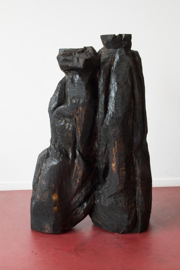 Ordures V, Sculpture en bois (Tilleul coupé dans le cadre d'un réaménagement des espaces verts au sein de la cité des Francs-Moisins, Saint-Denis), patine en huile de moteur usagée, 40 cm x 1m20 x 1m, 2015.