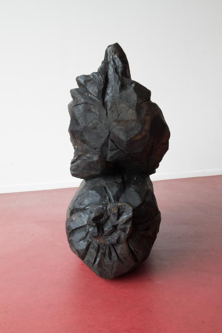 Ordures 1, Sculpture en bois (Tilleul coupé dans le cadre d'un réaménagement des espaces verts au sein de la cité des Francs-Moisins, Saint-Denis), patine en huile de moteur usagée, 50 cm x 1m20 x 1m20 cm, 2015.