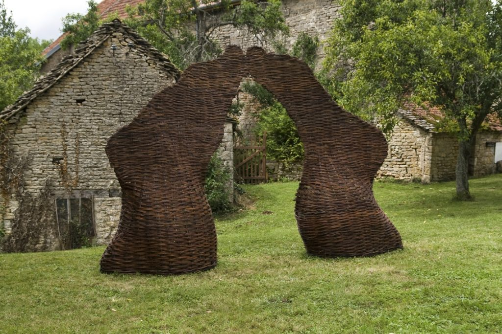 De Pied, 2009, 1,5 m x 5 m x 3 m, woven willow wicker, Été des Arts en Auxois-Morvan, Drée, France