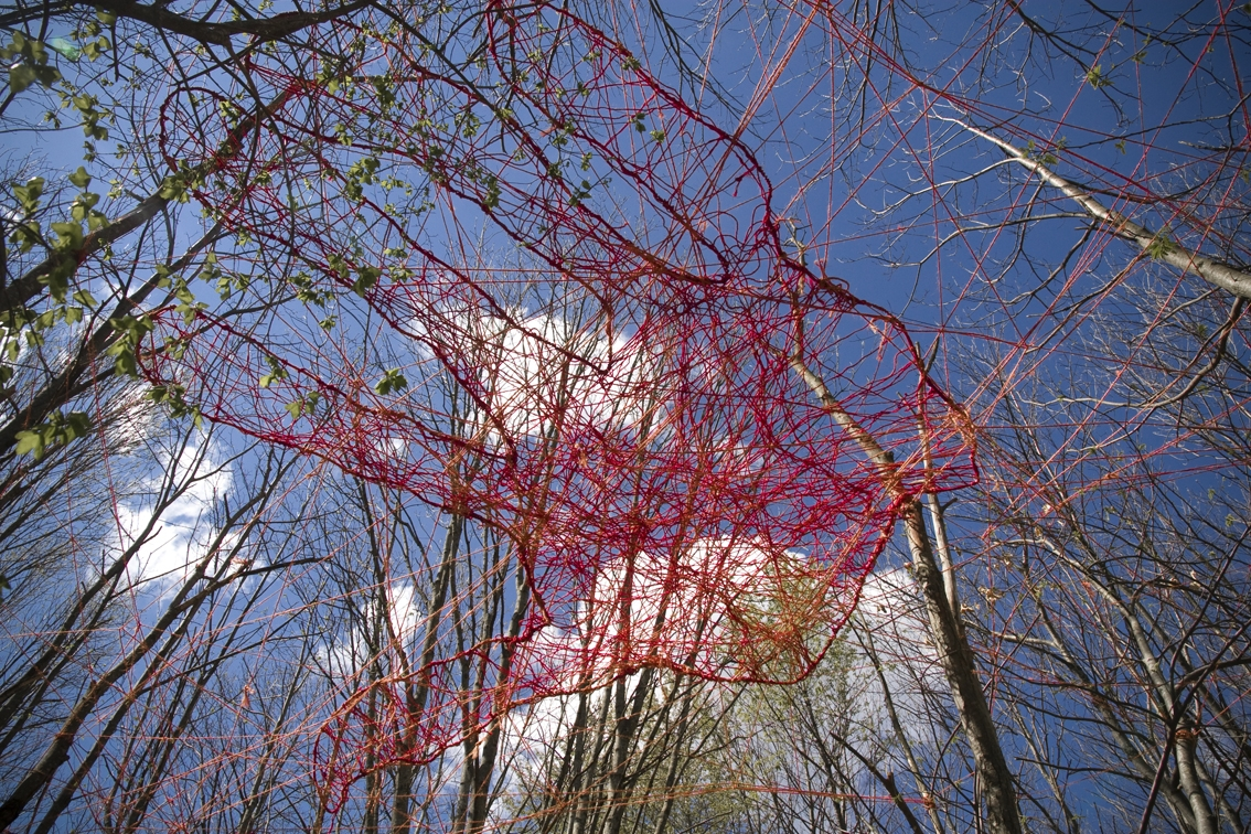 Entre Vos Mains, 2009, 3,5 m x 3,5 m, suspended 4 m from the ground, sisal rope, red dye, Sentier Art Nature, Jaujac, France