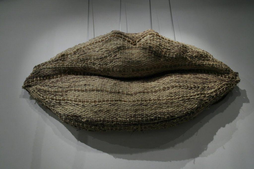 Grandes Lèvres, 2007, 130 cm x 240 cm x 50 cm, Tissage des cordes, mousse en plaque
