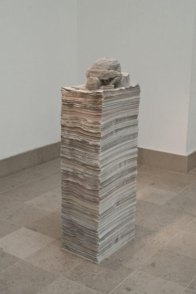 Prière pour nous (petit) – 2009, Journaux, armature en acier, bois, 41 cm x 28 cm x 117 cm