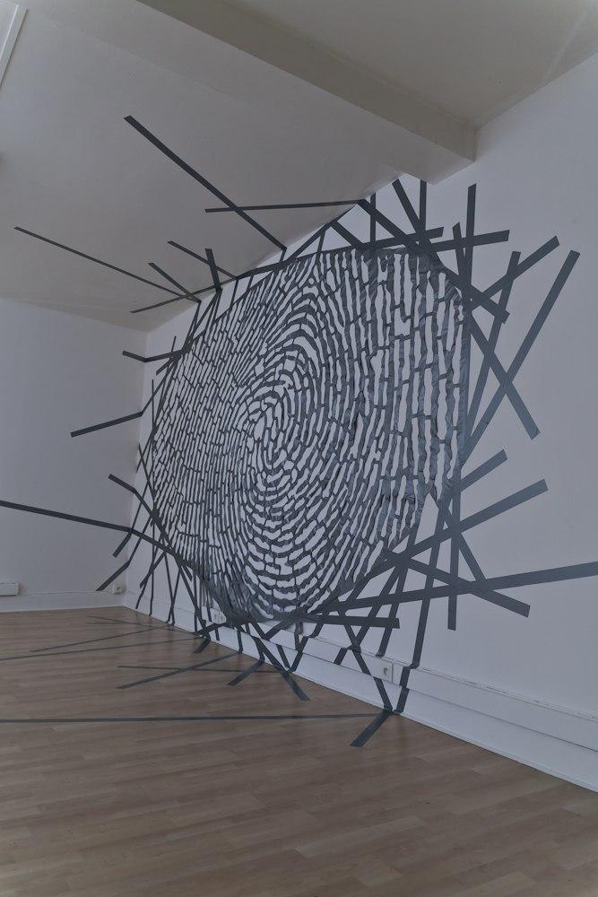 Empreinte Digitale, dessin en ruban adhésif, 2m x 6m, bâche, ruban adhésif entoilé argenté, Installation murale in situ, 2011-12