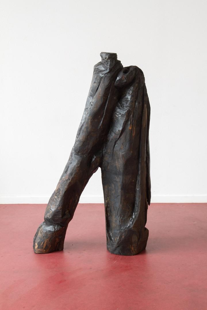 Ordures IV, Sculpture en bois (Tilleul coupé dans le cadre d'un réaménagement des espaces verts au sein de la cité des Francs-Moisins, Saint-Denis), patine en huile de moteur usagée, 40 cm x 1m20 x 1m, 2015.