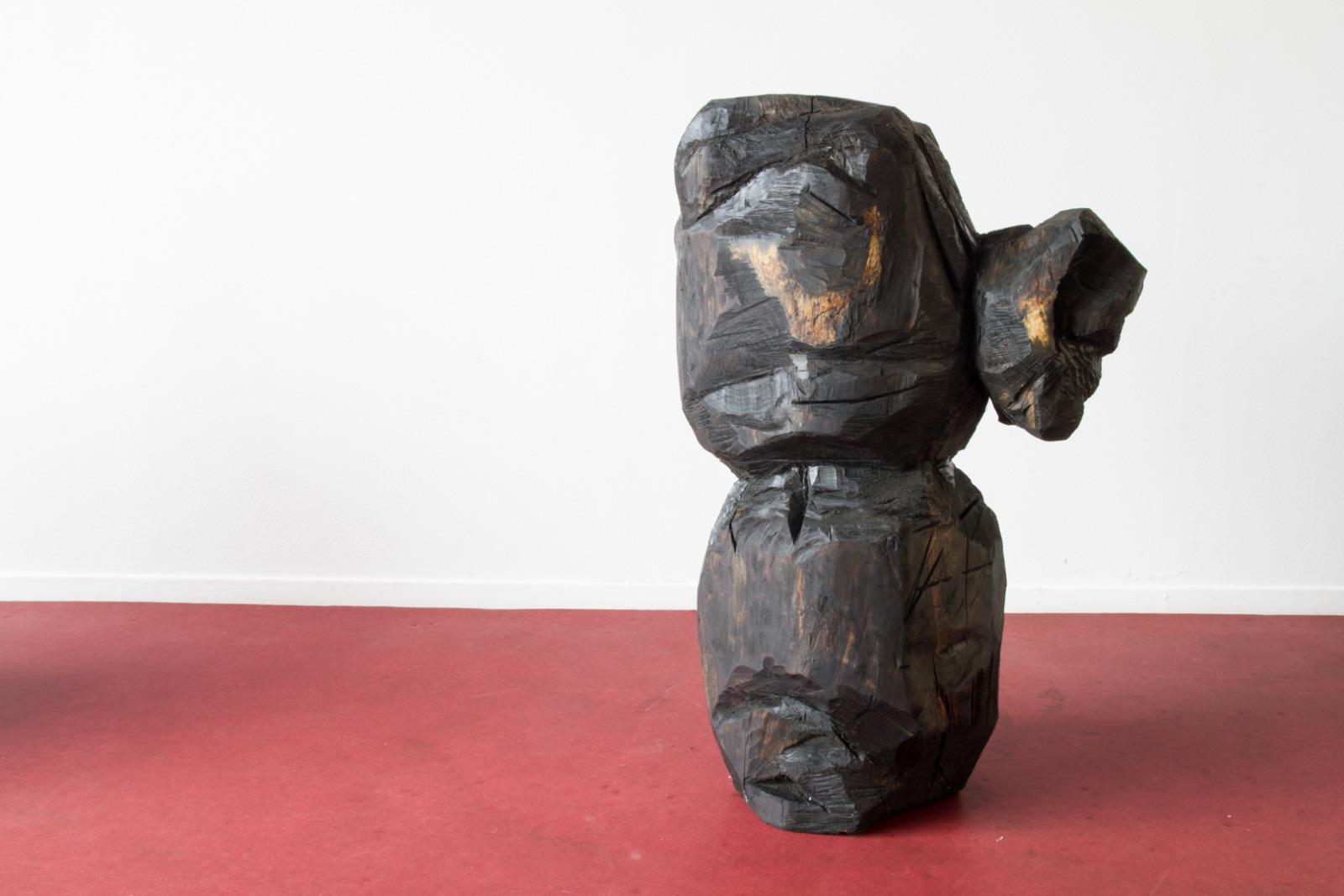 Ordures III, Sculpture en bois (Tilleul coupé dans le cadre d'un réaménagement des espaces verts au sein de la cité des Francs-Moisins, Saint-Denis), patine en huile de moteur usagée, 60 cm x 1m50 x 70 cm, 2015.