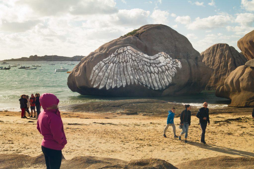 Kasia OZGA, Oiseau Rare (Rare Bird), Temporary Mural, 10 meters x 6,5 meters, Coz-Pors Beach, Trégastel, Festival de l'Estran, 2018.